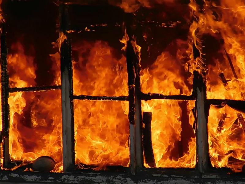 В Смоленске в сгоревшем доме обнаружили тела двух человек