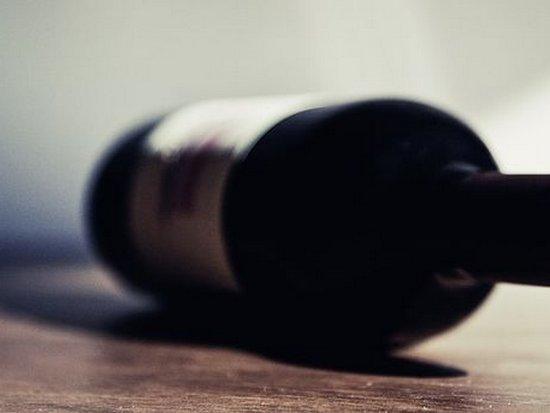 В Смоленске выброшенная с балкона бутылка упала на малыша