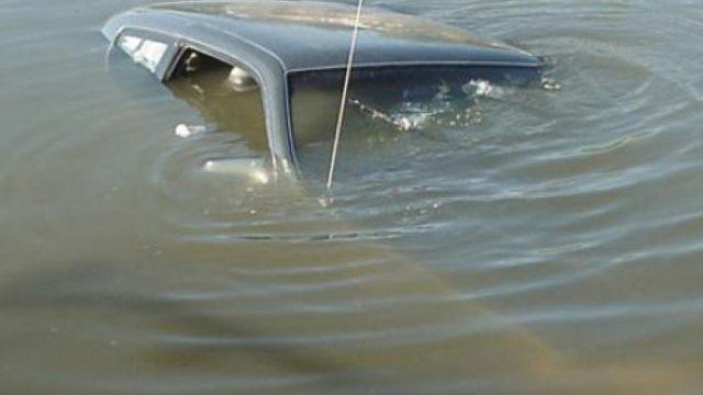 «Водитель не смог выбраться». Смолянин заехал на авто в пруд и утонул