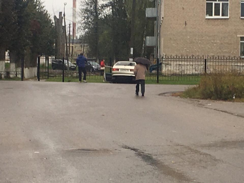Водитель ВАЗа влетел в столб напротив смоленской больницы