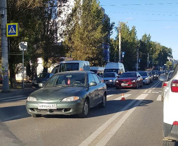 В Смоленске под колеса иномарки попали женщина и ребенок