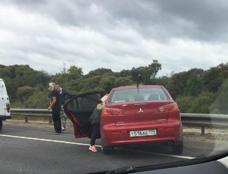 На трассе М1 в Смоленской области иномарка врезалась в отбойник: имеется пострадавший