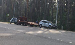 В Смоленске иномарка вылетела в кювет: пострадали три человека