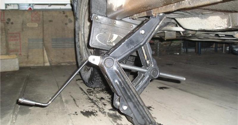«Придавило машиной». Тело смолянина нашли в гараже