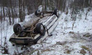 Спасателям пришлось доставать водителя из искореженной иномарки в Смоленской области