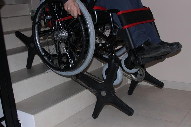Депутаты-единороссы вручили смолянину инвалидную коляску-ступенькоход