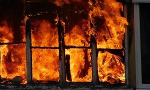 В Смоленске пенсионера госпитализировали после пожара