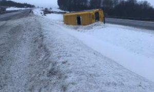На трассе М1 в Смоленской области перевернулся микроавтобус: пассажирка пострадала