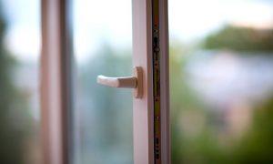 В Смоленской области девушка выпала из окна пятого этажа