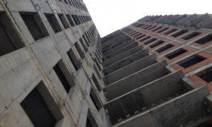 Под Смоленском с недостроенной многоэтажки упал подросток