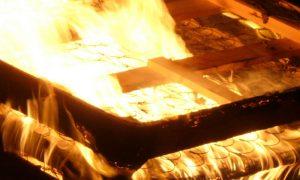 «Женщину хотели спалить!» Соседи вытащили смолянку из горящей квартиры