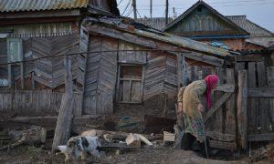 Глава Смоленской области потребовал разобраться с ситуацией, связанной с проживанием бабушки в непригодных условиях