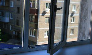 В Смоленске из окна выпала женщина