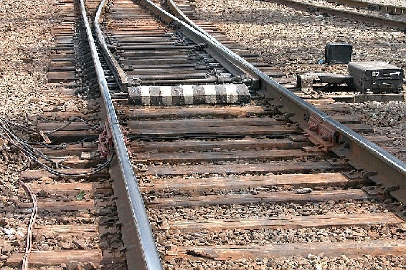 В Смоленске грузовой поезд сбил мужчину