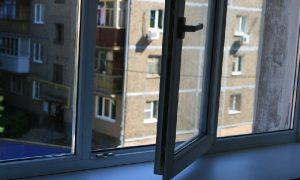 Смоленские следователи проверяют информацию о выпавшей из окна девушке