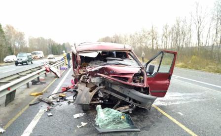 Пассажирка микроавтобуса скончалась после столкновения с грейдером в Смоленской области