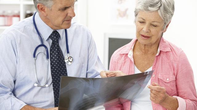 «Подводные камни». Смоленских пенсионеров планируют лечить в частных клиниках бесплатно