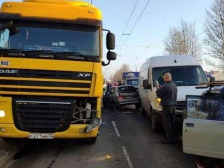 В Смоленске в массовом ДТП с фурой пострадал водитель «Лады»