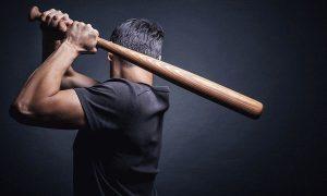 Смолянин ударил соседку бейсбольной битой