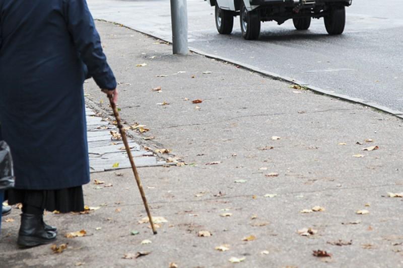 В смоленском райцентре на парковке сбили старушку