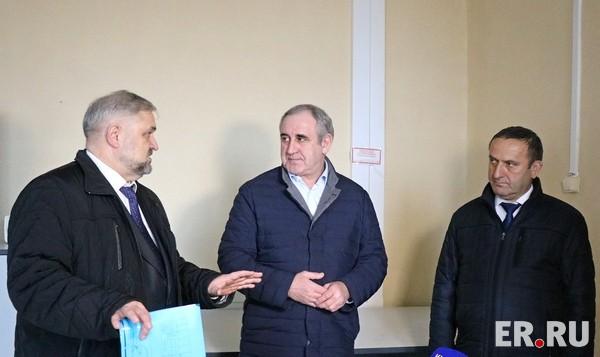 Сергей Неверов осмотрел помещение будущей поликлиники в Холм-Жирковском