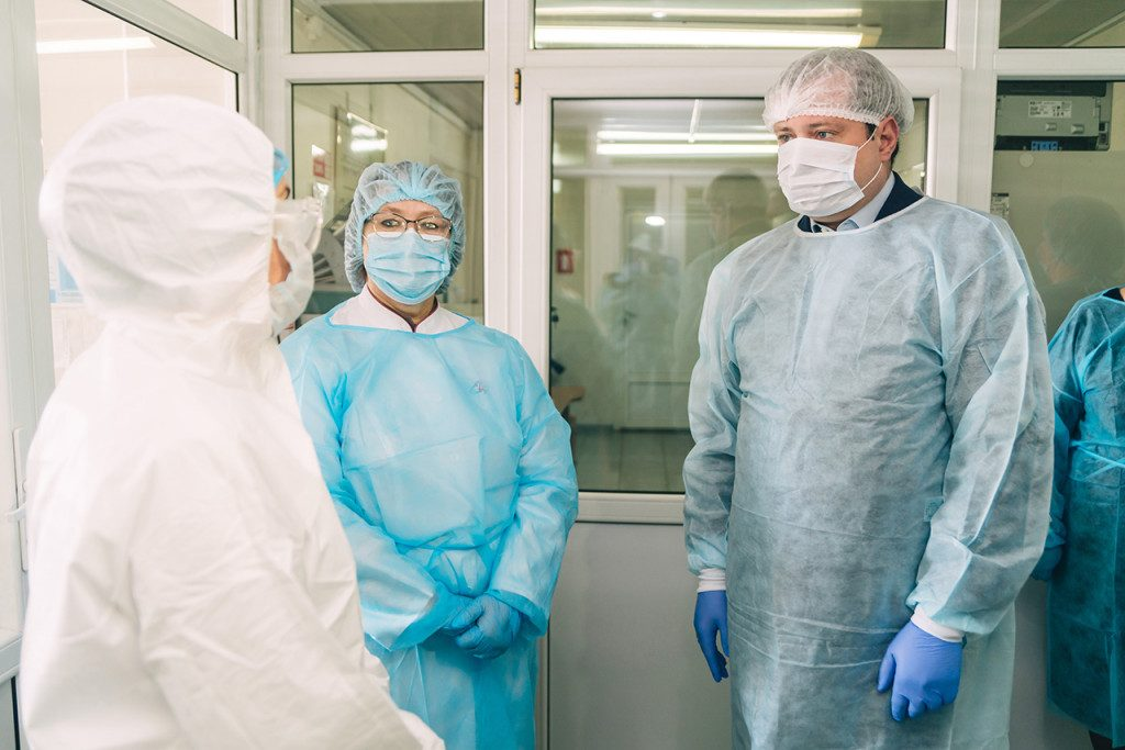Алексей Островский проинспектировал работу госпиталя для лечения больных коронавирусом в Смоленске