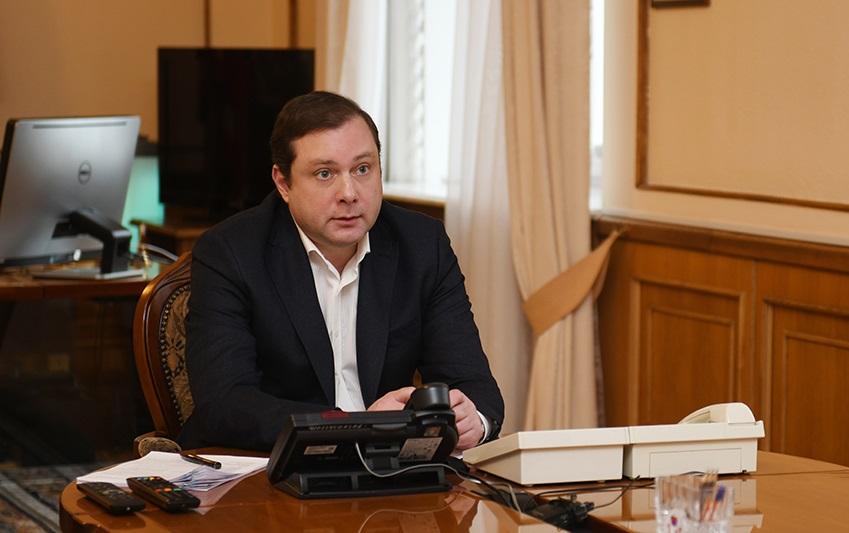 Алексей Островский поручил проработать вопрос спецвыплат медработникам