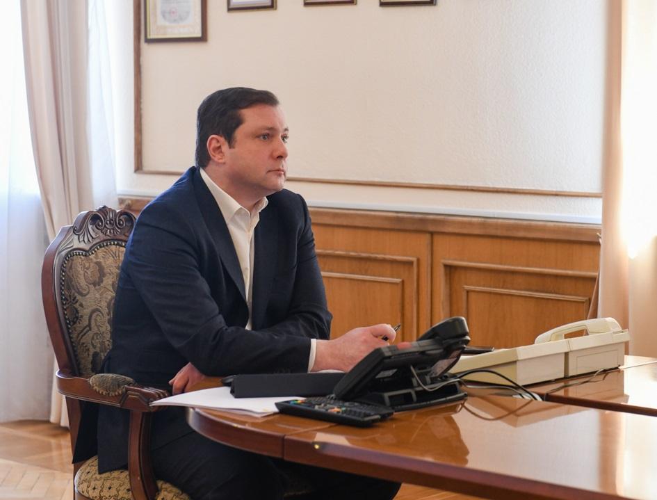 Алексей Островский проверил оперативность прохождения выплат медработникам