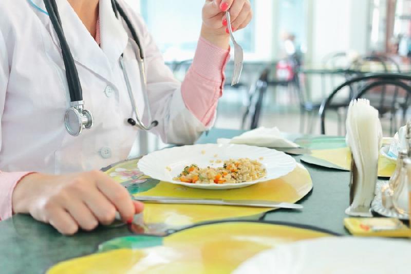 В Смоленске 150 сотрудников инфекционного госпиталя обеспечили горячими обедами