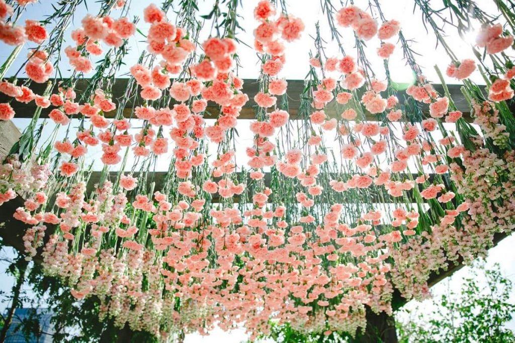 Интересные советы — как красиво и недорого оформить свадьбу свежими цветами
