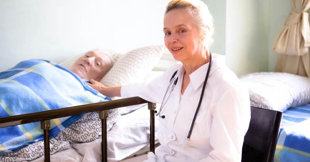 Как выбрать сиделку для лежачего пожилого