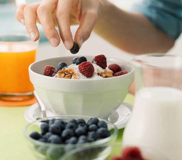 Британские ученые назвали йогурт одним из самых полезных продуктов для завтрака