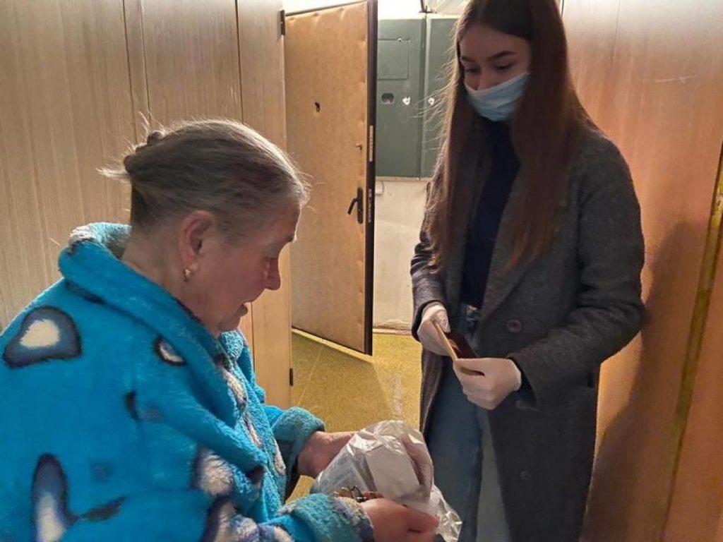 В Смоленске волонтёры ЕР доставили пенсионерам медикаменты