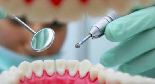 Какие врачи занимаются лечением зубов?