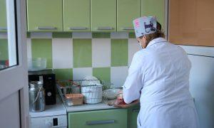 В Смоленске медики ковидного госпиталя на базе роддома на улице Кирова обеспечены горячим питанием