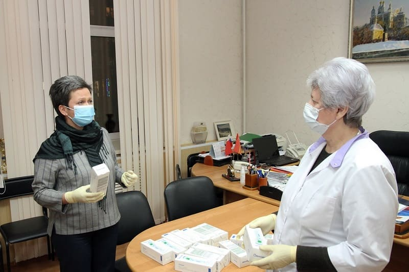 Председатель Смоленского горсовета передала детским поликлиникам термометры