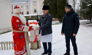 Депутаты вручили врачам ковидного госпиталя в Рудне подарки к Новому году