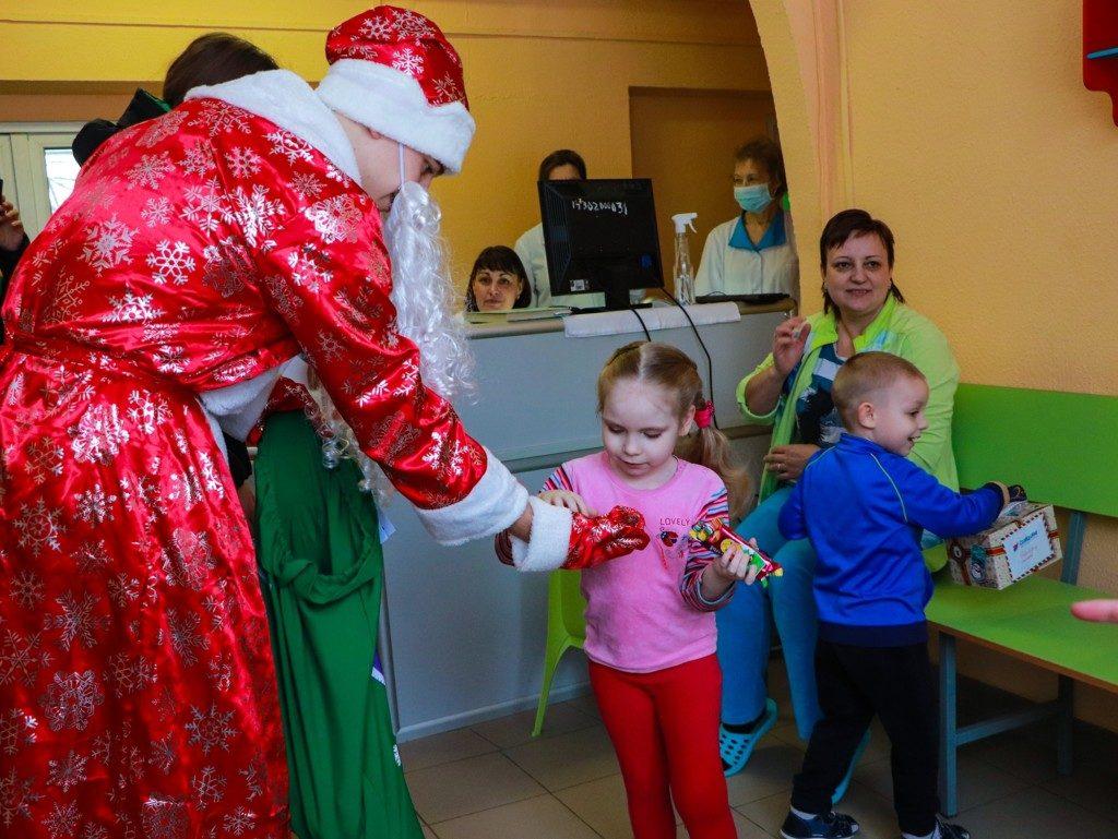 В Смоленске волонтёры поздравили детские больницу и центр с Новым годом