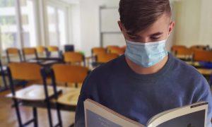 В Смоленской области рассчитали заболеваемость коронавирусом среди детей и молодёжи