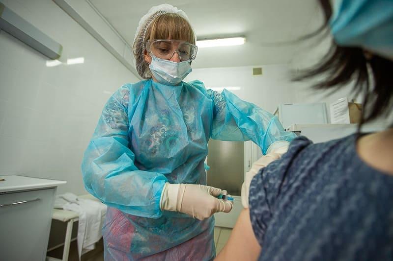 Почти 12,5 тысячи смолян сделали первую прививку от коронавируса