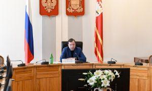 Алексей Островский вручил смолянам почётные знаки за борьбу с коронавирусом