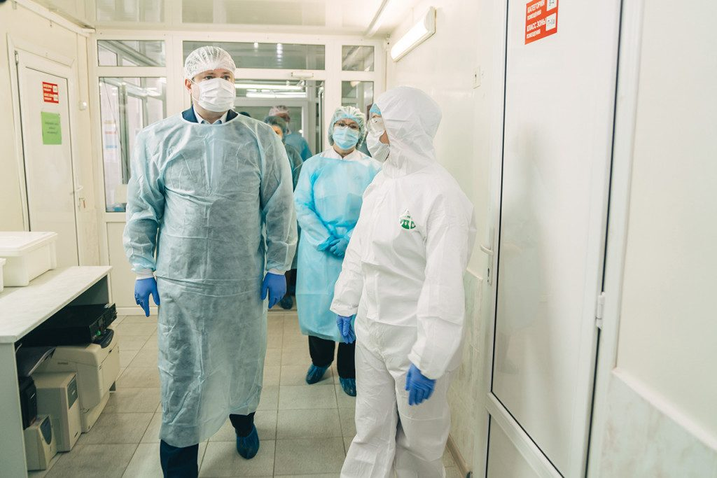 Алексей Островский поручил проверить выплаты смоленским медикам за борьбу с коронавирусом