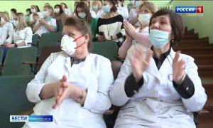Исполнители смоленской филармонии поздравили врачей