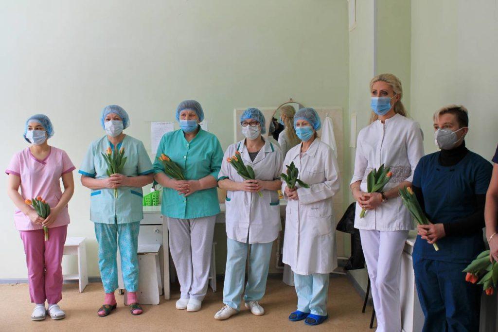 В Смоленске женщин-медиков ковидного госпиталя поздравили с 8 Марта