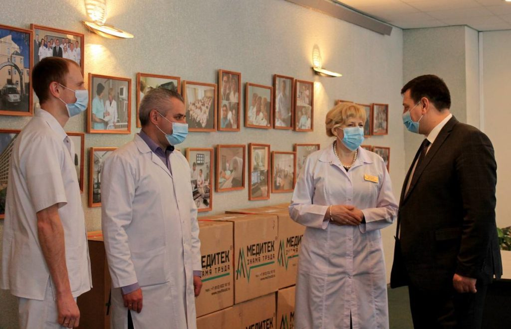 Игорь Ляхов передал смоленским медикам средства защиты от коронавируса