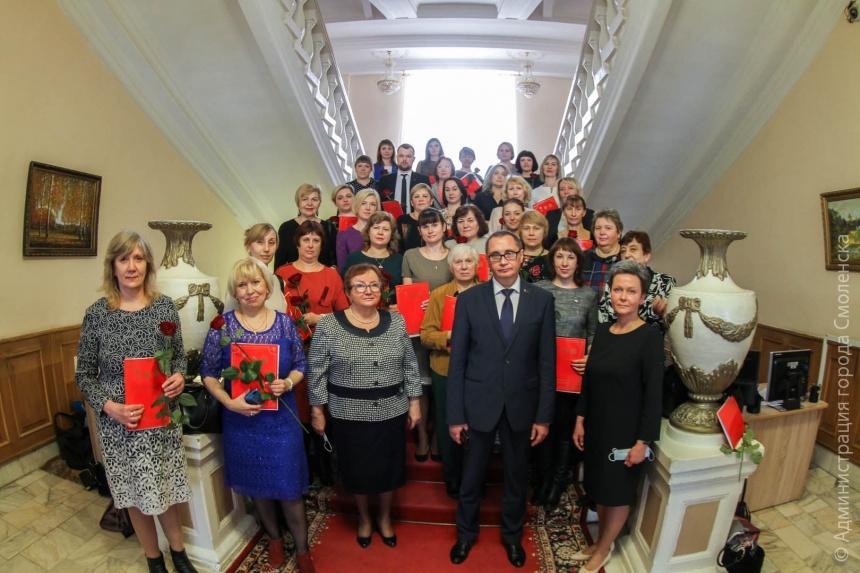 Глава Смоленска наградил медработников за вклад в борьбу с коронавирусом