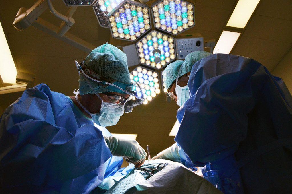 Школьница поблагодарила смоленских медиков за спасение отца