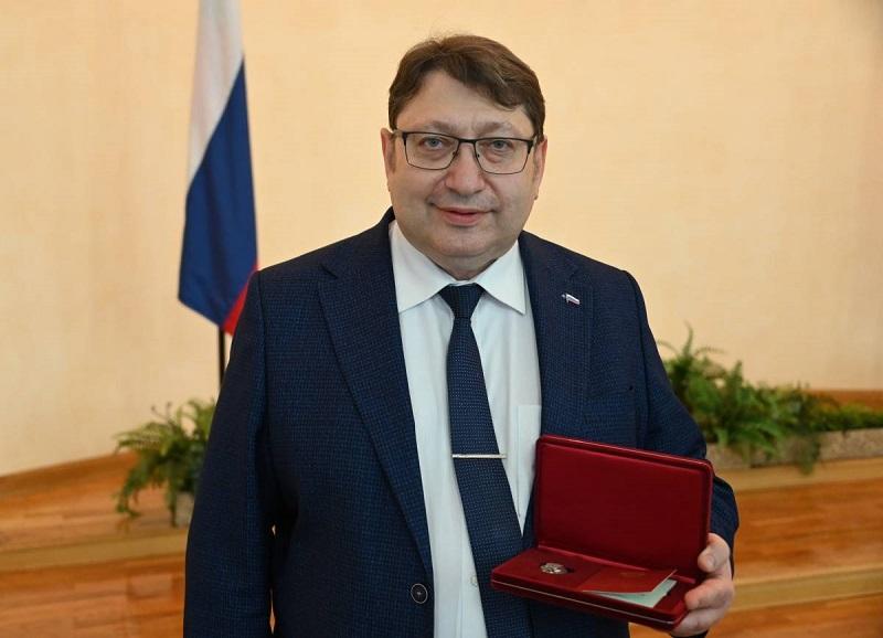 Александру Эфрону присвоено звание Заслуженный врач России