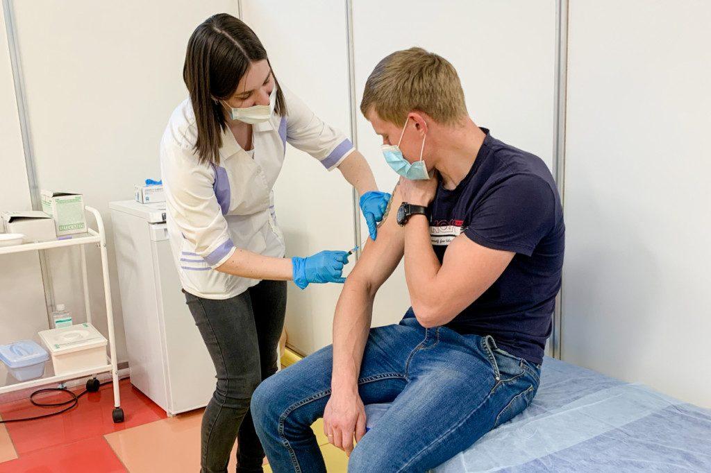 В Смоленской области более двух тысяч человек вакцинировались от коронавируса за сутки