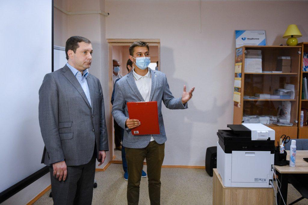 Алексей Островский ознакомился с работой смоленского центра волонтёров-медиков